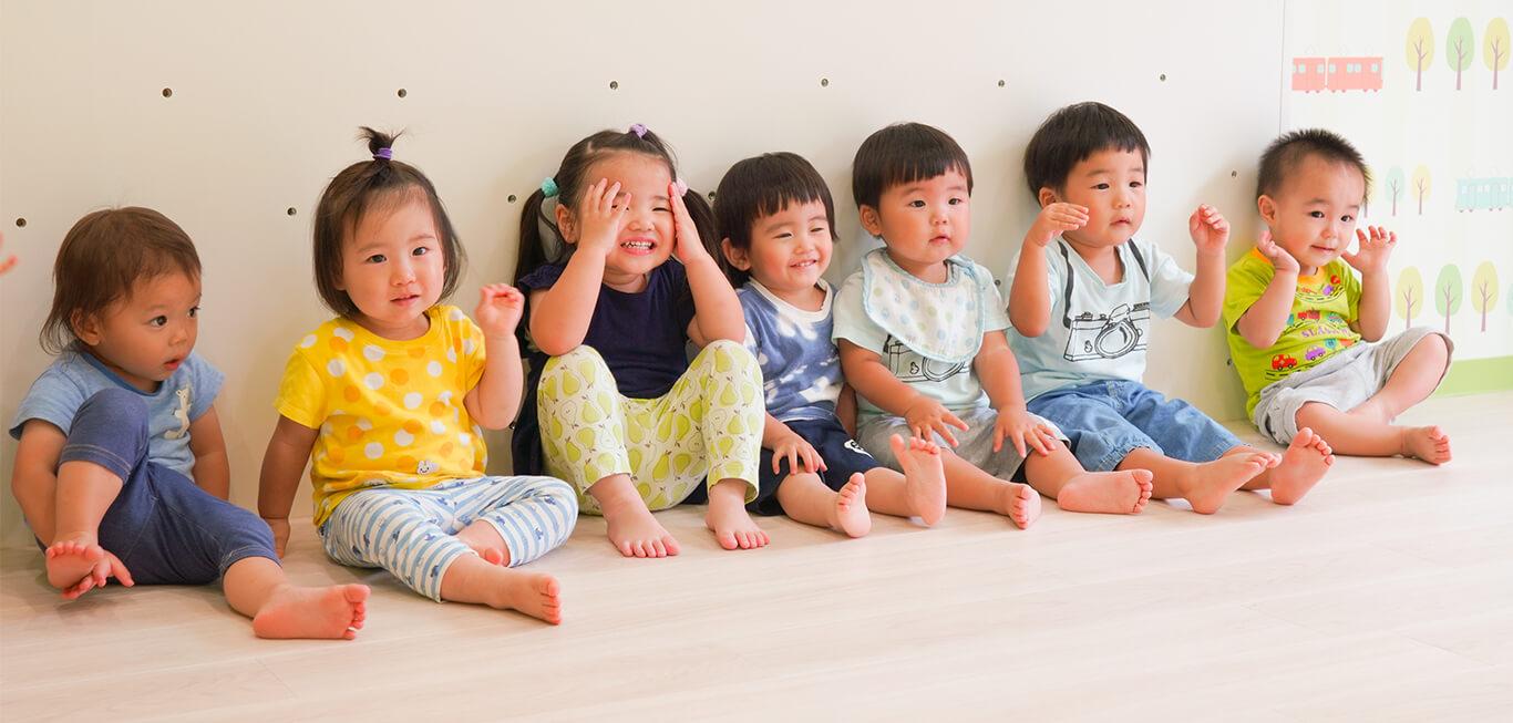 子どもたちが一列に並んで手遊びをする様子