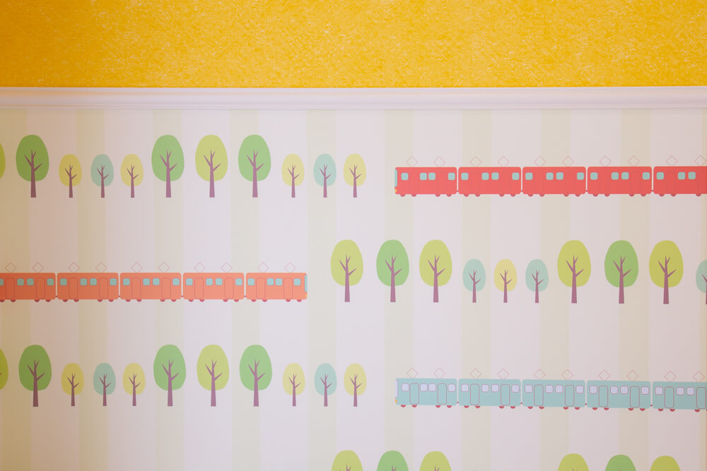 カラフルな電車模様の壁紙